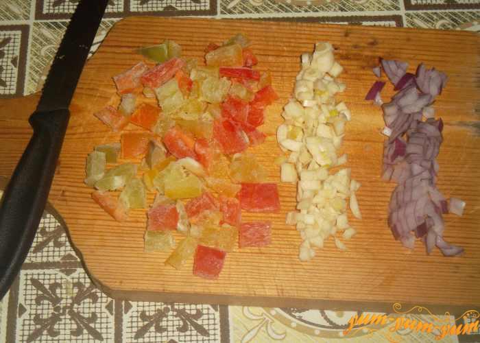 Режем лук, сладкий перец и чеснок