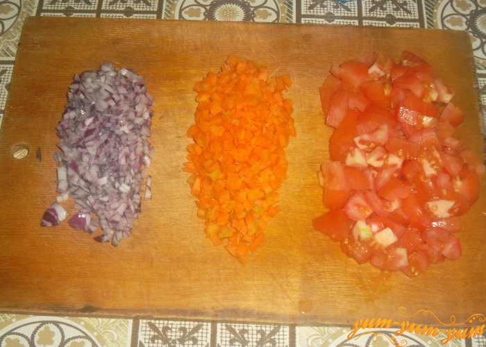 Режем мелко помидоры, лук и морковь