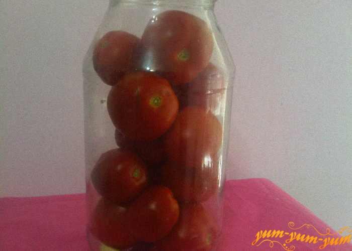 Сверху плотно складываем помидоры