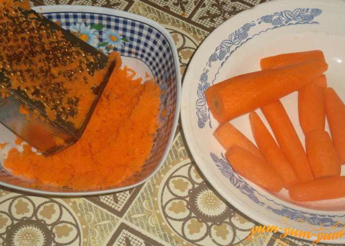 Свежую морковь натираем на мелкой терке