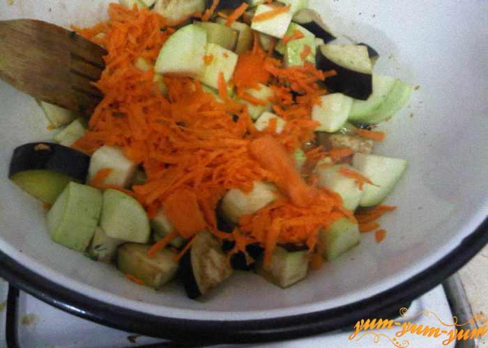 Тушим кабачки, баклажаны и морковь