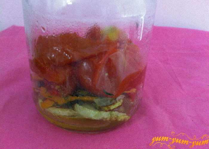 Укладываем овощи в банки слоями