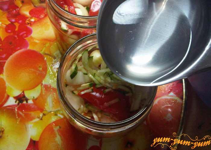В банки с салатом из огурцов наливаем маринад