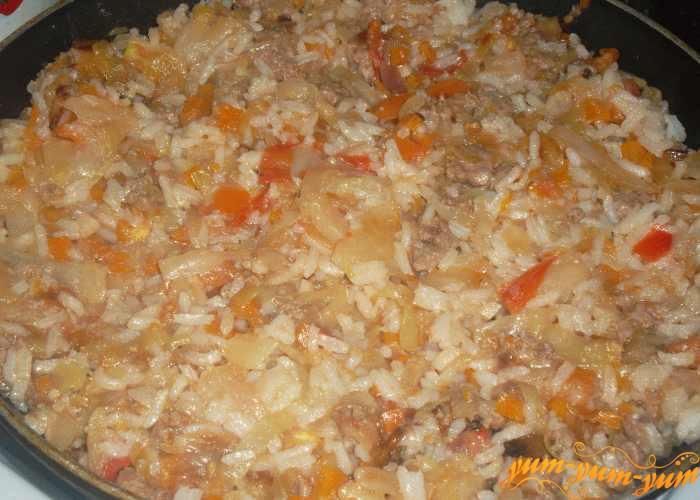 В самом конце готовки добавляем отварной рис