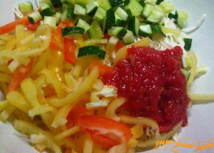 Все овощи для солянки перекладываем в кастрюлю