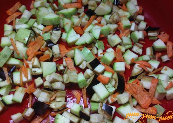 Все подготовленные овощи хорошо перемешиваем