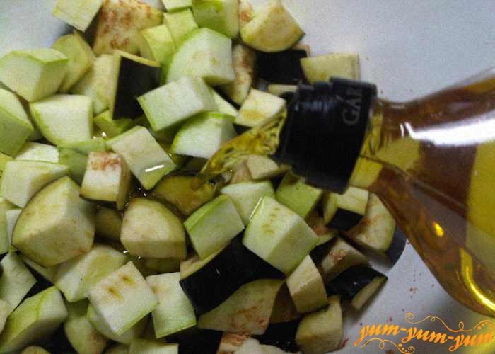 Выкладываем подготовленные овощи в кастрюлю