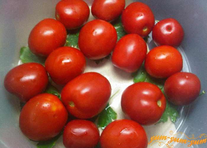 Выкладываем слой помидоров сверху листьев