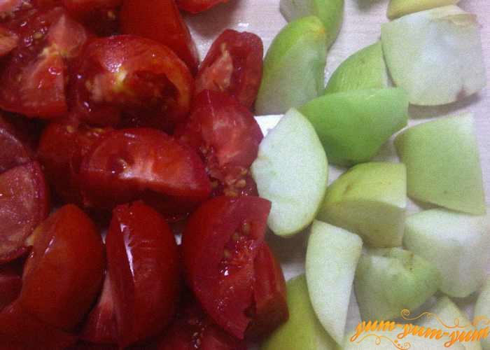 Яблоки и помидоры нарезаем кубиками