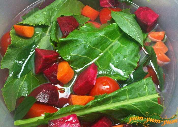 Заливаем готовым рассолом помидоры и овощи
