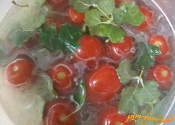 Заливаем помидоры и ставим на хранение