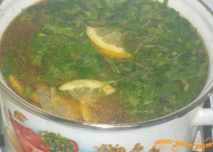 Заправляем суп с креветками зеленью и лимоном