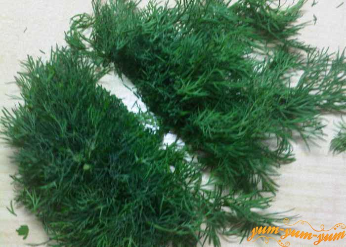 Зелень укропа режем не очень мелко
