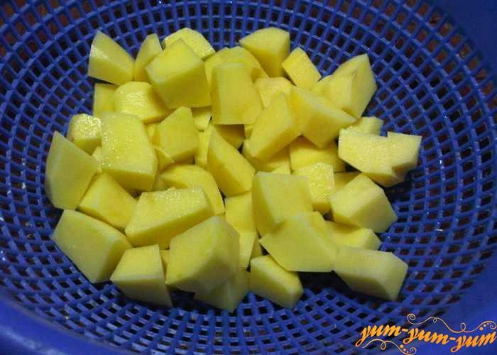 Чищенный картофель нарезать средними кубиками