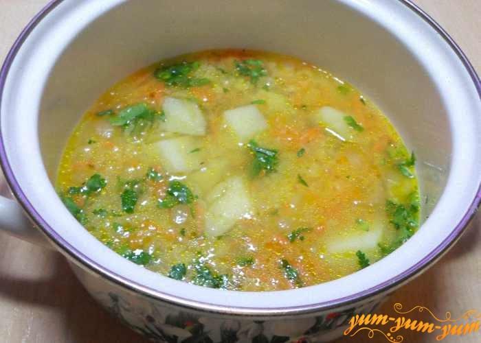 Добавляем картофель в суп с салом