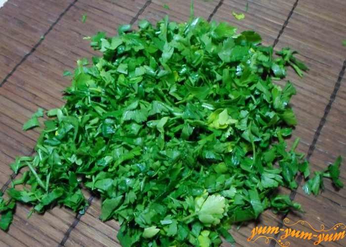 Добавляем в суп мелко измельченную зелень