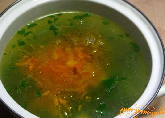 Добавляем в суп овощную заправку и огурцы