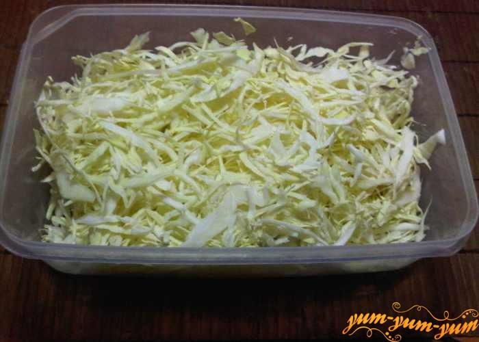 Капусту режем соломкой для овощного молочного супа