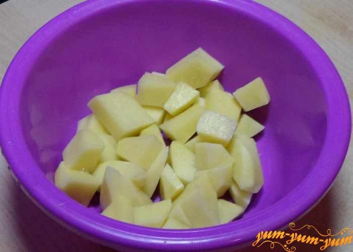 Картофель для добавления в гороховый суп режем кубиками