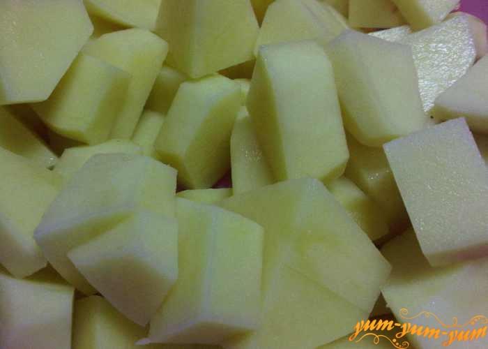 Картофель для рассольника с говядиной режем средними кубиками