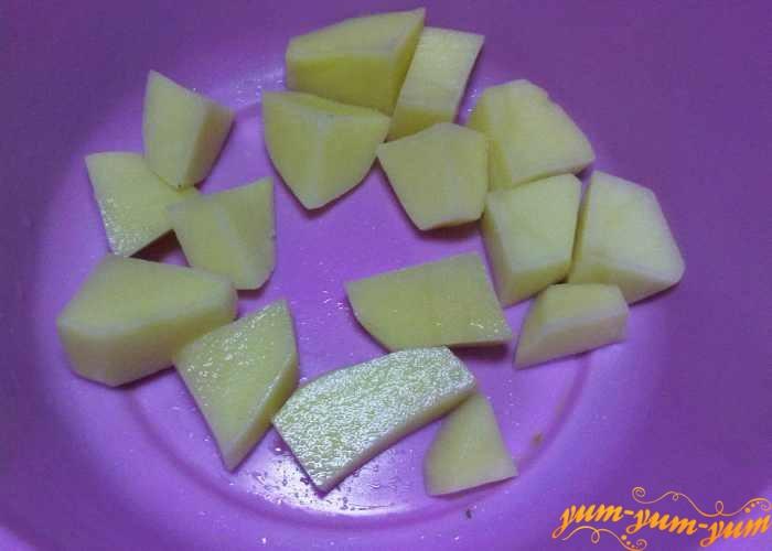 Картофель для рассольника с курицей нарезать небольшими кусочкам