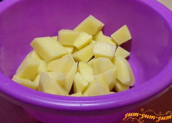 Картофель для супа горохового режем кубиками