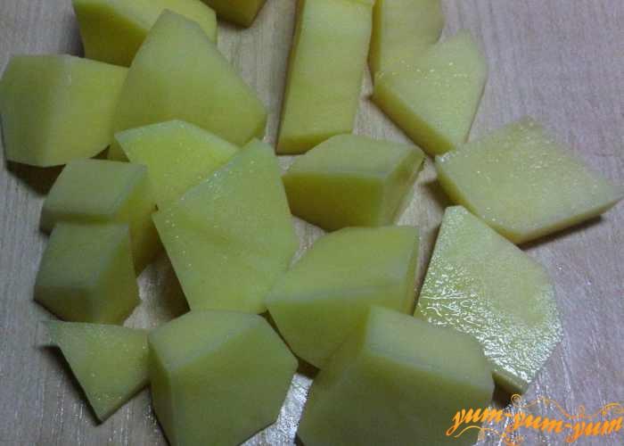 Картофель моем, чистим и режем средними кубиками