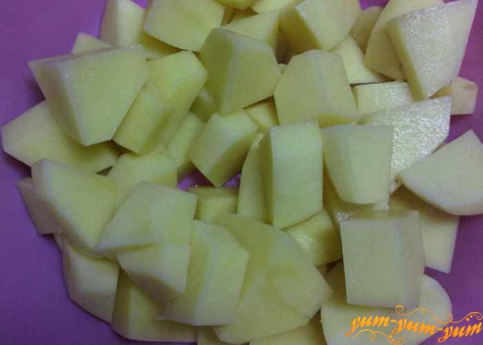 Картофель нарезаем небольшими квадратиками