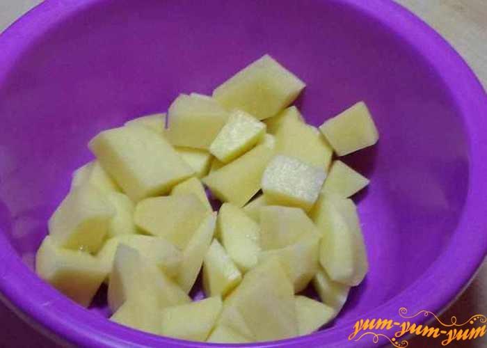 Картофель помыть, очистить от кожуры и нарезать небольшими кусочками