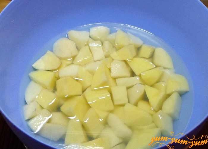 Картошку очистить и нарезать средними кубиками
