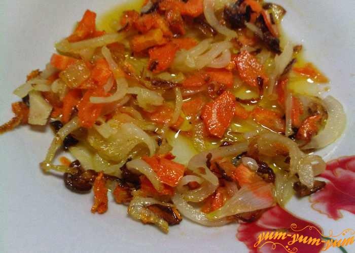 Лук и морковь обжарить для супа с корейкой
