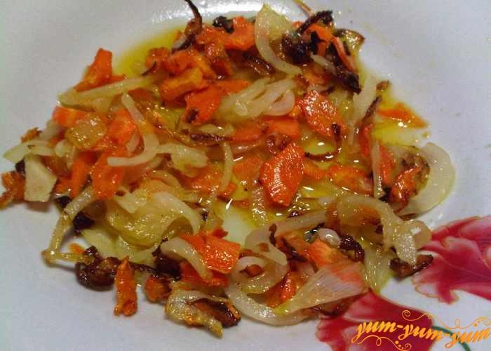 Лук и морковь обжарить в растительном масле