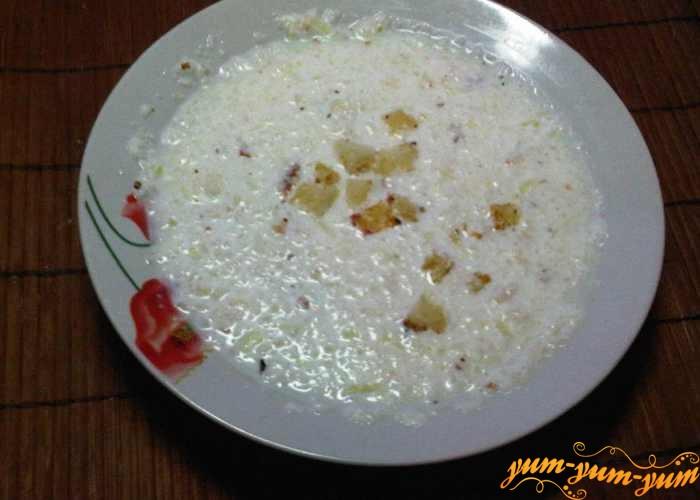 Молочный суп с луком подаем к столу
