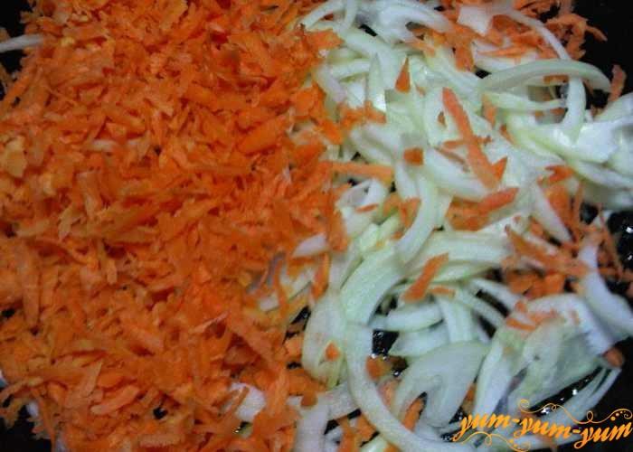 Морковь с луком для рассольника слегка обжарить