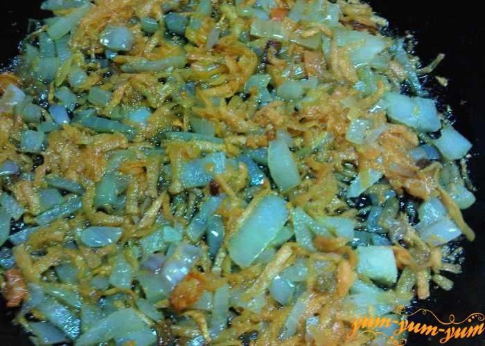 Морковь с луком обжарить в небольшом количестве масла
