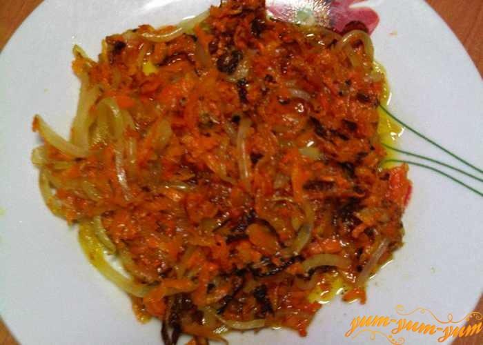 Обжарить морковь и лук для рассольника