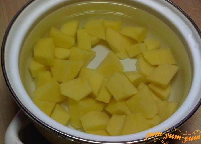 Очищаем картофель для рассольника кубиками