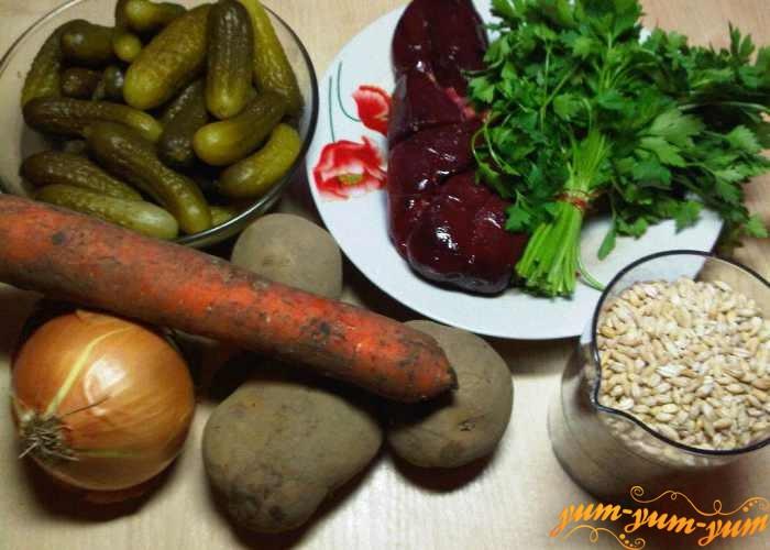 Почки, соленые огурцы, картофель, перловая крупа и зелень для рассольника