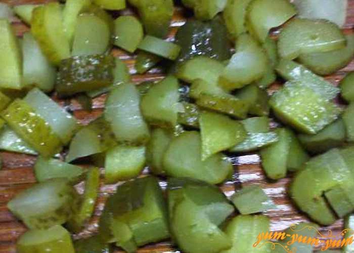 Режем соленые огурцы не большими кубиками