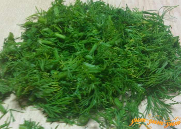 Зелень укропа или петрушки режем мелко