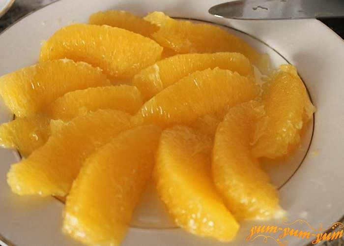 Апельсин почистить и разобрать на дольки
