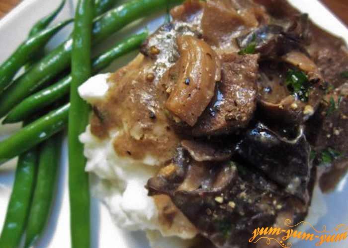 Бефстроганов из говядины  с белыми грибами подаем к столу