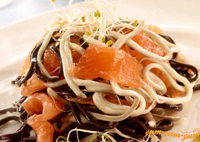 Черные спагетти сервируем и подаем к столу
