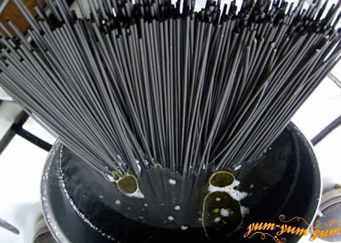 Черные спагетти варить в кипящей воде