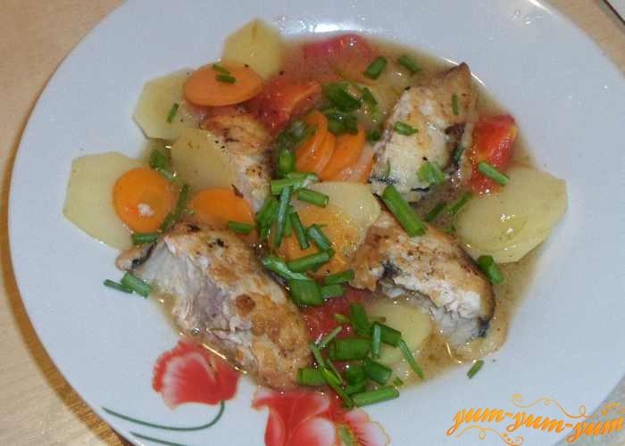 Готовую скумбрию тушеную на сковороде с овощами подаем к столу