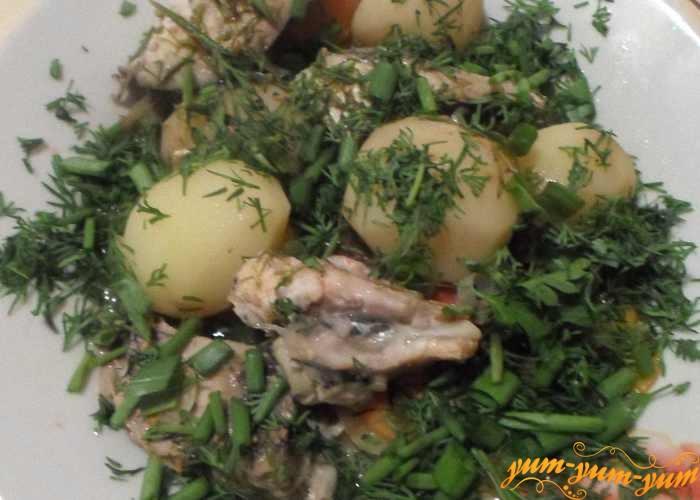 Готовую скумбрию тушеную с картошкой подаем к столу