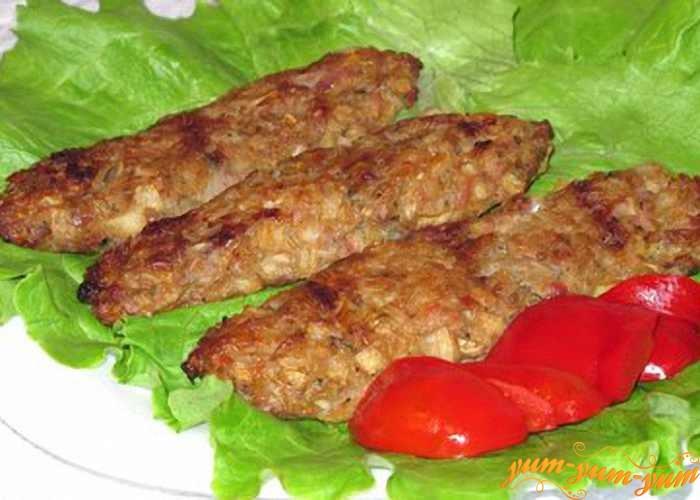 Готовые люля-кебаб подаем со свежей зеленью и соусом