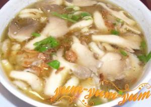Готовый суп из белых грибов подаем к столу