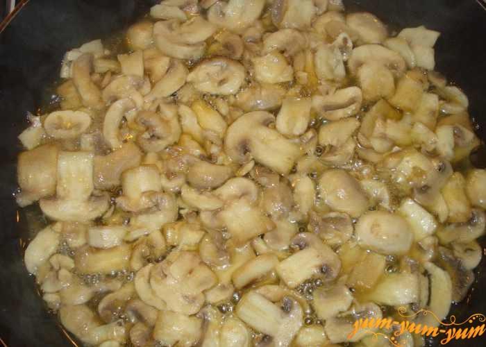 Грибы для соуса обжарить в масле