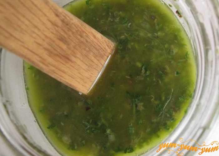 Из зелени и масла приготовить маринад